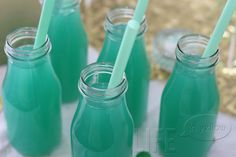 Tiffany Blue Punch: 1 part blue Hawaiian punch 1 part pineapple juice 2 parts Sprite Zero (pineapple punch baby shower) Tiffany Blue Punch, Non Alcoholic Drinks, Beverages, Cocktails, Baby Shower, Bridal Shower, Blue Hawaiian Punch, Pineapple Punch, Mint Green