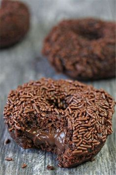 Chocolate doughnuts, filled with chocolate pastry cream, and topped with chocolate glaze and chocolate crumbs or chocolate sprinkles. Sound like chocolate overload? They're not called Chocolate Blackout Doughnuts for nothing! Delicious Donuts, Delicious Desserts, Yummy Food, Chocolate Pastry, Chocolate Desserts, Chocolate Donuts, Chocolate Sprinkles, Chocolate Glaze, Chocolate Cream
