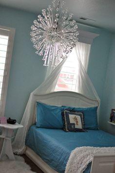 A Princess S Frozen Ice Castle Bedroom Decorating Frozen Bedroom