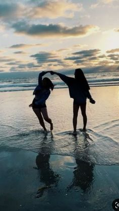 Photos Bff, Beach Photos, Bff Pics, Beach Aesthetic, Summer Aesthetic, Best Friend Fotos, Beach Drawing, Cute Friend Pictures, Sister Beach Pictures