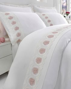 This Pin was discovered by Gül Bed Covers, Pillow Covers, Home Tex, Pink Bedrooms, Bedclothes, Queen Bedroom, Linens And Lace, Bed Spreads, Linen Bedding