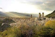 """Pacentro Spostiamoci in Abruzzo per scoprire un luogo magico, legato a leggende lontane e storie antichissime, incastonato nel Parco Nazionale della Majella nonché uno dei """"Borghi più belli d'Italia"""". È Pacentro, con le sue scenografiche torri del Castello Caldora-Cantelmo e le viuzze intricate che arrampicano sulle montagne. Profumi di zuppe e di arrosticini arrivano dalle taverne e avvolgeranno le vostre passeggiate, solleticando il vostro palato."""