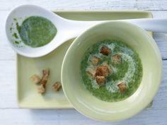Spinatsuppe: Die Knusper-Croûtons bringen Biss in die feine Spinatsuppe. Wer gerade abnimmt, lässt sie weg, so wird\'s eine kalorienarme Diätmahlzeit.