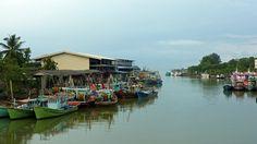 Nieuw in mijn Werk aan de Muur shop: Kleurige bootjes in de haven in Mersing Maleisie
