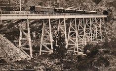 """Norddalsbrua er ei jernbanebru av stål over Norddalen øst for Narvik i Nordland. Brua ble tatt i bruk da Ofotbanen ble åpnet i 1902, og var i bruk fram til 1988, da jernbanen ble lagt om i Norddalen. Brua er 180 meter lang. Største høyde over dalbunnen er 40 meter"""" Postkort ca.1930."""