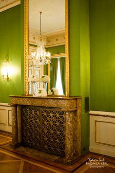 nice wedding room with green wall and fireplace by © radmila kerl wedding photography munich schöner Hochzeitsraum mit Kamin und Kronleuchter