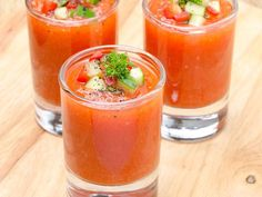 Spanish family's Gazpacho recipe. Traditional Spanish Gazpacho is easy to make, super healthy, and delicious! It's usually served as an Appetizer. Chili Recipes, Raw Food Recipes, Cooking Recipes, Healthy Recipes, Lunch Recipes, Gaspacho Recipe, Summer Soup Recipes, Move Over, Comfort Food