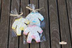 Packaging bolsa de celofan transparente de 10x15 cm, cerrado con lazada de rafia en blanca o color vainilla. Galleta artesana con forma de pelele 10,5  cm aprox. decorada con glasa real.  El precio es por unidad, ahora tu eliges el color que más te guste rosa, azul o amarillo y nos lo indicas en las observaciones cuando estes en el carrito de la compra o nos pones un mail al info@galletea.com. http://www.galletea.com/galletas-decoradas/bebe-bautizo/init/d/404/#sthash.YNLOJiWi.dpuf