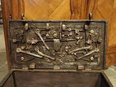 Century Iron Strongbox from a Ship Woodworking Projects Plans, Teds Woodworking, Skirt Mini, Vintage Door Knobs, Trunks And Chests, Wood Chest, Puzzle Box, Antique Bottles, Casket