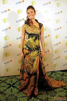 Dalam acara penting Global Youth Forum di Bali pun Agnes Monica dengan bangga mengenakan batik.