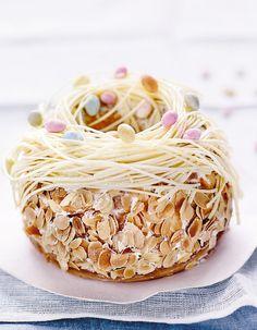 Recette Le nid de Pâques de Christophe Felder : Préparez le biscuit : préchauffez votre four à th. 6/180°. Tamisez la farine, la fécule et la levure chimique. Cassez les oeufs et séparez les jaunes des blancs. Fouettez les jaunes d'oeufs avec 50 g de sucre semoule afin qu'ils blanchissent.P...
