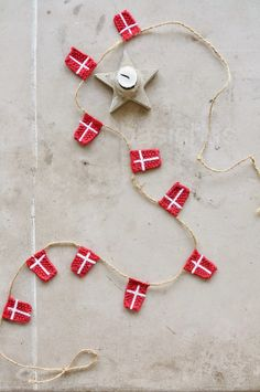 Danish knitted flags - Idea for sinterklaas Danish Christmas, Scandinavian Christmas, Magic Crafts, Crafts To Do, Kids Crafts, Diy Christmas Ornaments, Christmas Decorations, Holiday Decor, 12 Days Of Christmas