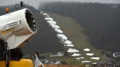 SKITOURISMUS Deutsche mehrheitlich gegen Erzeugung von Kunstschnee Was wird aus dem Skitourismus? Die Deutschen finden Umweltschutz wichtiger. Schneekanonen lehnen sie mehrheitlich ab, wie eine Umfrage für ZEIT ONLINE zeigt. Piano, Skiing, Fake Snow, Ski Resorts, Environmentalism, Tourism, Economics, Weather, German