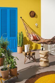 A varanda repleta de elementos locais, ganha vida com os tons Mostarda Dijon e Azul-Royal