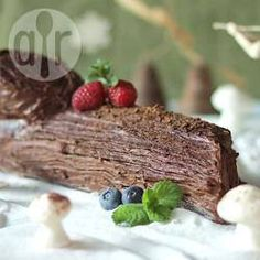A delicate sponge and rich chocolate buttercream make this Christmas Yule log as delicious to eat as it is pretty to look at! Christmas Cooking, Christmas Desserts, Christmas Treats, Christmas Cakes, Christmas Things, Christmas Recipes, Christmas Yule Log, English Christmas, Boxing Day Food