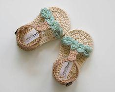 KORA Sandalias de bebé Boho unisex en menta, beige y crema Hecho por encargo en tamaños: 0-3 meses (9cm/3,5 ) 3-6 meses (10cm/3,9 ) 6-9 meses (11cm/4.25 ) HILADO: 100 % algodón Hecho en la UE Certificado de Oeko-Tex® CUIDADO DE: Lavado de manos y secado recomendado. Antes de poner