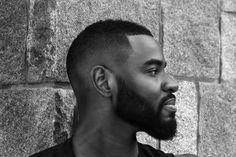 Crâne rasé, man-bun, nattes collées, Undercut, boule revisitée etc. – la coiffure afro homme n'arrête jamais de se métamorphoser