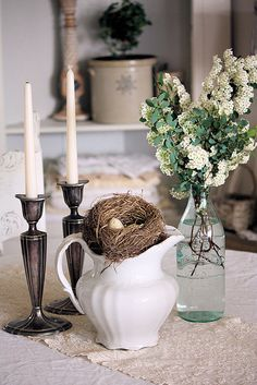 Spring centerpiece with blue flowers. Vibeke Design, Simple Centerpieces, Rustic Elegance, Spring Home, Creative Decor, Home Decor Accessories, Cottage, Candles, Table Decorations