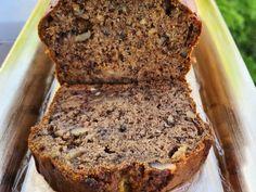 Συνταγή για κέικ με αλεύρι ολικής και καρύδια. Ένα ζουμερό και μυρωδάτο κέικ μπανάνας, χωρίς μίξερ! Με ελαιόλαδο, μαύρη ζάχαρη και καρύδια!