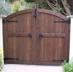 Magnificent Brown Color Convex Shape Wooden Gate And Combine With Black Color Tee Hinges Also Black Color Metal Gate Ring Latchs With Custom Wood Fence Gates Also Wood Driveway Gate Designs Awesome Outdoor Wood Gates Ideas: Exterior Double Wooden Gates, Wooden Garden Gate, Garden Gates, Double Gate, Double Swing, Double Doors, Fence Gate Design, Front Gate Design, Driveway Design
