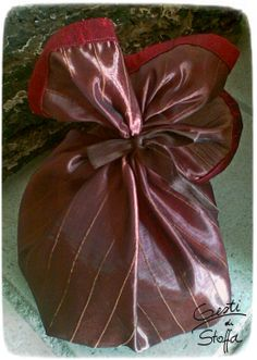 Gift wrap in polyestere with silk and cotton details.