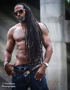 Medium length hair styles are the trend these days when it comes to men's looks. These styles are simple to create and give men suave and well groomed looks with a bit of flair. Fine Black Men, Gorgeous Black Men, Handsome Black Men, Fine Men, Beautiful Men, Black Man, Black Men Beards, Afro, Hommes Sexy