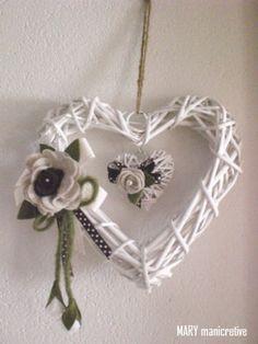 Mary mani creative: Intreccio di cuori Valentine Day Crafts, Valentines, Bead Crafts, Arts And Crafts, Paper Basket Weaving, Christmas Note, Wicker Hearts, Newspaper Crafts, Diy Origami