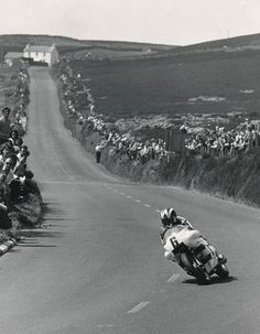 Williams on the John Player Norton Monocoque in the 1973 Formula 750 TT Motorcycle Racers, Racing Motorcycles, Le Mans, British Motorcycles, A Moment In Time, Isle Of Man, Road Racing, Vintage Racing, Belle Photo