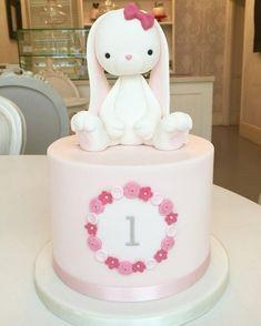 A loja de bolos . O bolo de coelho! Bunny Birthday Cake, First Birthday Cakes, Girl First Birthday, Birthday Cupcakes, Easter Bunny Cake, Rabbit Cake, Fondant Rabbit, Bunny Rabbit, Bunny Party
