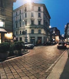 О мой любимый Милан! Город который влюбил меня в себя какой-то нереальной и жадной любовью. Я готова часами/днями/неделями напролёт бродить по этим улицам и разглядывать каждый сантиметр. ______________________________ I am crazy about Milan by dj_eva_fiesta