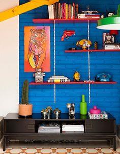 O quadro de tigre segue a paleta de tons vibrantes do ambiente. Ele contrasta com a parede azul, escolhida pelo consultor de imagem Geovane ...