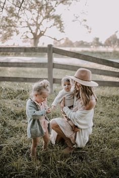 Mom And Baby Photography Discover October Feels with Minnetonka Giveaway Summer Family Photos, Fall Family Photo Outfits, Fall Family Pictures, Family Picture Poses, Family Photo Sessions, Family Pics, Family Posing, Mini Sessions, Outfits For Family Pictures