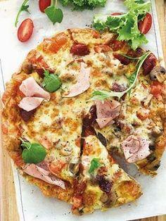 Pizza-omelet    Pizza-omelet • 8 groot eiers • olie vir braai • 2 ryp tamaties, gekap • 100 g sampioene, liggies gebraai • 8 pikantrissies, ...