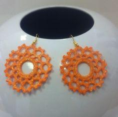 orecchini all'uncinetto,dipinti a mano nei toni dell'arancio,vetrificati,con glitter trasparenti,con anello rigido centrale