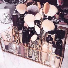 👠✨🍸 #beauty #maquiagem #beleza #makeup #blogger #brasil #pink #bloggerstyle #fashionblogger #fashiongram #blog #glam #blogueirasbrasil #saopaulo #fashion #moda #trendy #style #blogueira #vidadeblogueira #instablog #panelaobgs #soubgs #inxtalove #blogueirasever #instabgs #blogsdaliga #vsco #lifestyle #brushes #oval #brushes  . . . . . www.carolinebeltrame.com.br