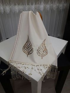 Fabric Painting Tutorial: On this tutorial we'll explain to you utilizing Country Chic Paint to cust Embroidery Suits Design, Creative Embroidery, Hand Embroidery Designs, Embroidery Patterns, Couture Embroidery, Crewel Embroidery, Ribbon Embroidery, Denim Rug, Kinds Of Fabric