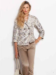 Nos vamos de safari! Trench en print animal y pantalones de algodón en color camel. --- We're going on safari! Animal print trench coat and camel coloured cotton trousers.