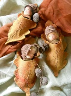 Click picture to see more cute dolls! Autumn Crafts, Nature Crafts, Christmas Crafts, Waldorf Crafts, Waldorf Toys, Acorn Crafts, Felt Fairy, Tiny Dolls, Felt Dolls
