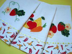 O jogo cont�m: <br>- 3 panos de prato sacaria <br> <br>- bordado � m�o em patch apliqu� com tecido de algod�o <br>- barrado de tecido estampado 100% algod�o <br>- acabamento com passa fita e fita de cetim