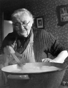 Grandma cooking in the kitchen. Old Photos, Vintage Photos, Fee Du Logis, Grandma Cooking, Hot Hair Styles, The Good Old Days, Farm Life, Old Women, Homemaking