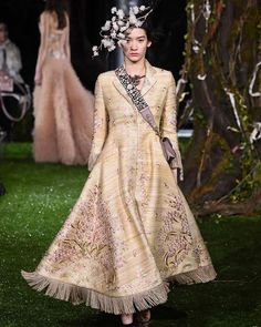 Eight new looks were added to Maria Grazia Chiuri's first haute couture collection for Dior as the designer took her show to Tokyo for the opening of Ginza Six on Wednesday evening. Define Fashion, Live Fashion, Fashion Show, Fashion Design, Women's Fashion, Dior Haute Couture, Runway Models, Christian Dior, Couture Looks