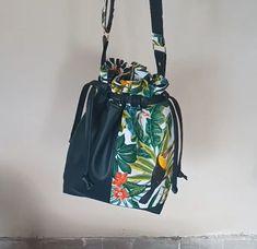Sac seau Calypso en simili noir et imprimé tropical cousu par Stéphanie - Patron Sacôtin