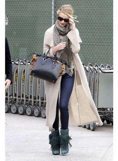 Rosie Huntington    Look de star Glamour    Eté comme hiver l'actrice manie à merveille son look glamour.