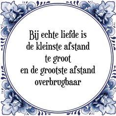 Spreuktegels: Bij echte liefde is de kleinste afstand te groot en de grootste afstand overbrugbaar. - Bekijk of bestel deze Tegel nu op Tegelspreuken.nl
