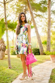 Tropical lady dress vestido flores tropicales Javea bolso rosa pink tote Coach Crimenes de la Moda