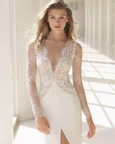 Robe de mariée coupe droite dentelle avec pierreries et crêpe, manches longues, col en V profond, décolleté dans le dos. Collection 2018 Rosa Clará Couture.