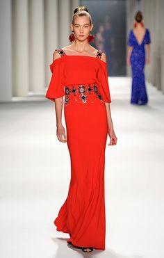 Vestido largo de seda color rojo fuego con bordados geométricos.