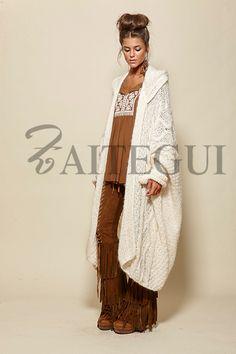 Maxi-chaqueta de punto en crudo con capucha - 495,00€ : Zaitegui - Moda y ropa de marca para señora en Encartaciones