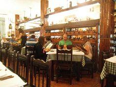 Hogerop gelegen bevindt zich het Spaanse restaurant Las Goteras, bekend voor zijn vleesgerechten klaargemaakt op een barbecue met hout. Bekend bij de locals