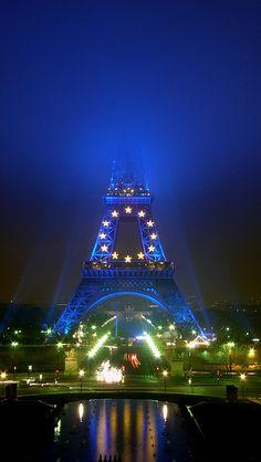 Le sommet de la tour Eiffel a disparu ... sous le brouillard  by Yann Caradec ... Paris